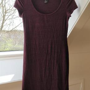 Varetype: Pæn kjole / lang t-shirt Farve: Se billeder Prisen angivet er inklusiv forsendelse.