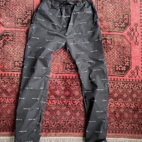 Fear of god logo technical gabardine track pants Størrelse M Bukserne kan strammes med bæltet som sidder i bukserne  Brugt 2 gange og er ikke vasket før