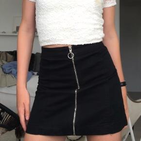 Sælger denne lækre nederdel fra ukendt mærke. Stoffet minder om cowboystof. Fejler intet.  Nypris: 170 kr. Mindstepris: 30 kr. + fragt