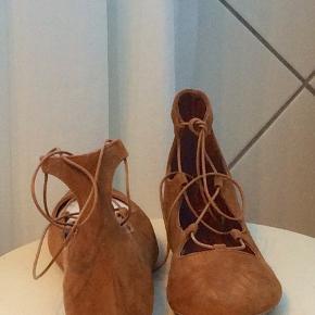 Søde sko i cognac farve med bånd. Der er billede så man ka se den under skoen.