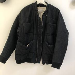 Min aller bedste jakke gennem tiden!!!! Har gået igennem lidt reperationer og har set bedre dage 😄   Oversized bomber jakke i 45% silke.  Har en gang kostet 4000kr.  Måske er det en derude som kan give jakken et nyt liv ved at trylle lidt? ✨✨