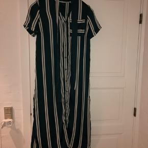 Sælger denne grøn og hvid stribede kjole. Fra Veromoda, str. XS. Købt i Berlin sidste sommer, men aldrig blevet brugt, da det var et fejlkøb. Så derfor er standen helt som ny. Sælges med tilhørende bælte.  Nypris var 350kr.
