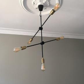 """Flot loftslampe fra House Doctor inkl. 5 dæmpbare pærer (værdi 700 kr)  Fejler intet, har været ophængt i et par måneder. Sælges udelukkende, da vi ikke synes den passer til vores spisestue alligevel.   Mindste pris 950 kr.  - lampens nypris var ca. 1400 kr. (Købt på luxplus)  - 5 """"gløde-spare-pærer"""" værdi af 700 kr.   Afhentes på min adresse - Mødes ikke."""