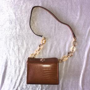 Aldrig brugt. Lille taske, der kan være telefon pung osv. i.