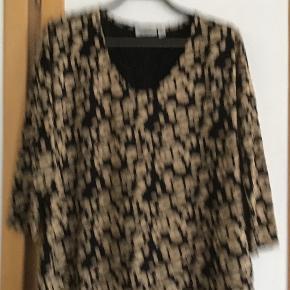 Ny, rigtig lækker oversize kjole af viscose, elasthane. Måler fra ærmegab til ærmegab 60 cm. Længden 96 cm.