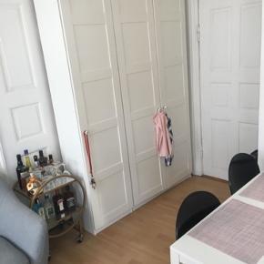 300 kr - hvis afhentet i dag 2 garderobeskabe med hylder  236,5 høj 150 bred (100 + 50) 36 dyb