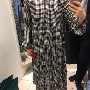 Overvejer at sælge min fine mesh leopard kjole fra Pieces i grålige farvenuancer. Peplumeffekt i bunden og med lange ærmer. Kjolen er i to lag med et gennemsigtigt lag yderst og et kortere, tæt sort lag indenunder. Kom gerne med et bud.
