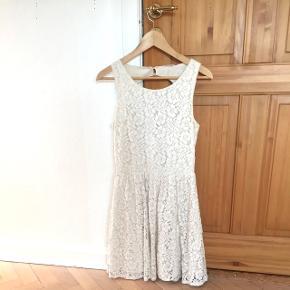 Råhvid kjole med blomster og blonder og åbent hul i ryggen. Der mangler en knap i nakken, så der skal nok lige syes to nye knapper i, men ellers er standen er fin 😊 Se gerne mine andre annoncer også ✨
