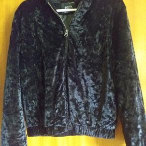 Super flot jakke med hætte i nervøst velour  Står som ny