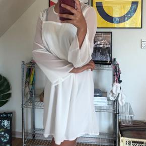 Sælger denne fine kjole fra Sisters Point 🌸💫 i en størrelse small ☀️ brugt 1 gang 💛 Fragt: 40,-