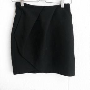 Whyred nederdel i sort ved lynlåsen indevendig, er stoffet gået en smule, det er ikke noget af betydning man bemærker det heller ikke ved brug    størrelse: 34   pris: 200 kr  fragt: 37 kr   jeg tager ikke billeder med denne nederdel på