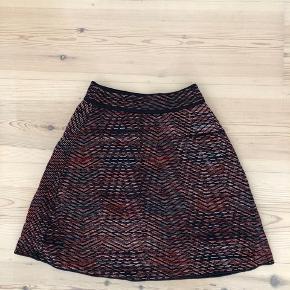 Smuk kort nederdel fra M Missoni. Brugt et par enkelte gange. Går til midt på låret. Nypris er 2000.