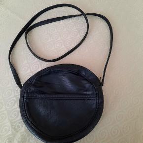 Dejlig taske i læder. Diameter ca. 18 cm med lynlås i toppen.