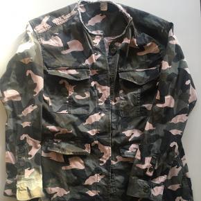 Smart army jakke som er brugt få gange. Har to bryst lomme og to alm. lommer. Der følger ekstra knapper med Bytter ikke