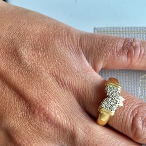 JEg får ikke brugt min ring nok, så jeg vil gerne sælge den til en god pris. Eagle ring fra Julie Sandlau. Sterling sølv 925s forgyldt med 22 karat guld. Sten: Hvid Zirkon. Størrelse 54. Bredde: 0,5 cm. Overfladen er mat. Smykke æske medfølger.  Buy it now: 650,-
