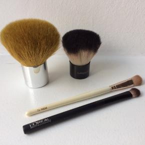 Forskellige makeup børster. Den store kabuki børste er fra Tromborg, den lille er fra bellápierre. Øjenskygge pensler fra hhv. H&M og L'Oréal.   120 kr for Tromborg Deluxe Kabuki Brush, 30 kr for den lille kabuki og 15 kr for hver af øjenskyggepenslerne.   De kan alle købes samlet for 150 kr