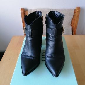 Jeg sælger mine super smukke A Pair støvler, da de nu er for små. De er en almindelig str. 38, og er helt fantastiske at gå i, især pga. den brede hæl, som gør støvlen stabil og behagelig. Ultra fede støvler, som jeg kun går af med da jeg ikke kan passe dem længere.