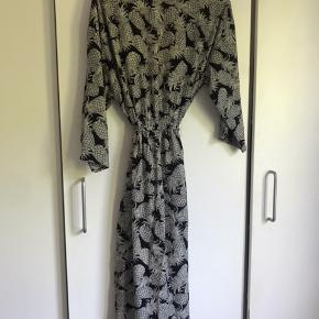 Kimono fra hm i str. xs-m. Der er slids i siden og bindebånd der sidder fast på kimonoen. Kun brugt til frem og tilbage til stranden.