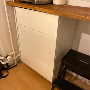 Kommode/ underskab/ skuffeskab fra ikea metod/ maximera serie med 4 skuffer. Brugt til 'café'/ kaffe hjørne. Der hører ikke bordplade med til, sat op på væggen, men kan tilkøbe sokkel i ikea. Ny pris; 1270 Str. B: 60 cm, H: 88 cm, D: 39,2 cm