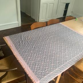 (Skriv for flere billeder)  Sælger min lyserøde og grå Louis Vuitton   65% cashmere og 35% silke Tørklæde i den største model. (Kan vendes så begge farver haves) Np er 4.500 kr. Brugt max 5 gange. Kan hentes på Frederiksberg. Byd