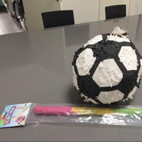 Sjov til fødselsdag / fest,  Fodboldt ophængs pinata der kan fyldes med slik, stav medfølger. Fra ikke ryger hjem. ( helt ny)