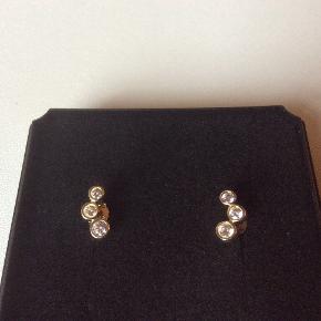 Fine øreringe i 8 karat guld med zirkoner. Stemplet 333 og JAa. Længde 0,5 cm.