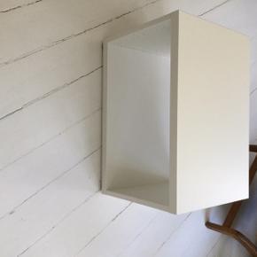 Hvid lille reol/TV bord kommode. Mål: 60x40x40  Har bagbeklædning som kan sættes på hvis det ønskes.