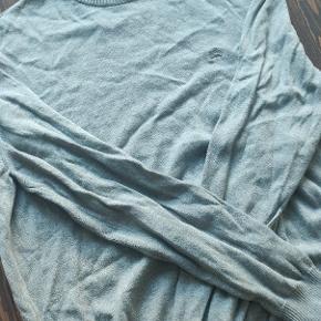 Trøje fra Lerros. God til skjorten eller vinter Kommer selvfølgelig uden huller eller kosmetiske fejl.   Kan afhentes i Hillerød eller sendes.  Se gerne andre annoncer for mere tøj