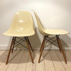 """6 ens, originale Eames Fiberglass Chair """"DSW"""" -vintage stole sælges.  Navn:  Eames Fiberglass Chair """"DSW"""" Design: Charles & Ray Eames (1948) Producent: Herman Miller (Stemplet) Produktionsår: 1952-1989 Skaller: Glasfiber, cremehvid, gennemfarvet, alle 6 ens Ben: Træ/sortlakeret stål, alle 6 ens Mål: H:79 x B:46,5 D:55 cm Siddehøjde: 42 cm  6 stk. Originale, ens Eames Glasfiberstole Oprindeligt blev Eames -glasfiberstolene fra 1950-1989, produceret af Herman Miller. Herefter gik de (i glasfiber) ud af produktion i en årerække, indtil Vitra for nyligt relancerede glasfiberskallerne. Alle 6 stole (på undersiden af glasfiberskallerne) er støbt med Herman Millers logo — én endda stadig med klistermærke. Stolene matcher hinanden perfekt i en fin knækket-/cremehvid farve. Træstel samt skruer er alle ensartede og sandsynligvis af nyere dato, og skiftet samtidigt. Nogle få 'fatninger' (samling mellem skal og stel) har fået lim og spændeskiver efter behov, men det ses på ingen måde ved normal brug.  Der fremgår umiddelbart ingen mærkbare skader/dybe ridser. Dog har stolene forventede brugsspor med minimum +30 år på bagen, og stolene sælges altså brugt og som beset.  Stolene er senest efterspændt d.d.  Nypris idag: (36.360,-) Disse 6 samlet: 18.000,-"""