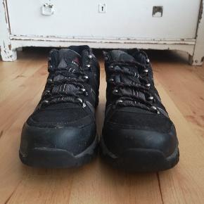 Super fede trecking sko, minder lidt om den populære Salomon sko. Er lidt beskidt, men ellers Ingen flaws. #secondchancesummer