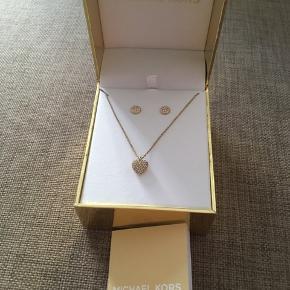 Michael kors smykkesæt købt for 1000kr  Sender kun herigennem TS ingen afhentning privat