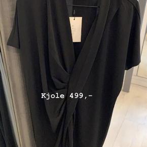 Varetype: kjole Farve: sort Oprindelig købspris: 499 kr. Prisen angivet er inklusiv forsendelse.