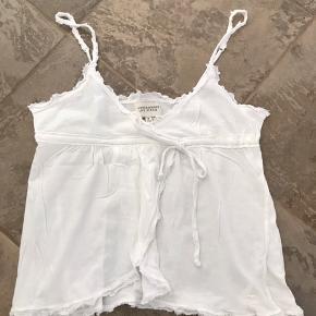 Super fin top i hvid. Den er mega cool til evt. et par demin bukser 👍🏻 Se også alle mine andre annoncer ☺️  Byd!