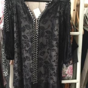 Smukkeste kjole fra Odd Molly str T1/S ny med mærke, mange fine detaljer, så flot på, nypris 2.499 kr.  Mindste pris er 500 kr + porto