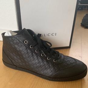 Helt nye - aldrig brugt - Gucci læder sneakers i str 40, men de er meget store i størrelsen, så de svarer nærmere til en str 41.  Sælges da de er for store til mig.  Nypris 6950 kr. Sælges for 3800 kr:  Kan afhentes i Århus centrum, eller sendes mod betaling.  (Kvittering haves)