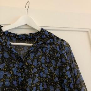 Smuk lang skjorte i blåt blomsterprint