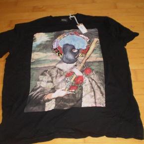Varetype: T-shirt NY Farve: Sort og andre Oprindelig købspris: 400 kr  Lækker bluse  Str XL  På tværs af bryst 56 cm. Nakke og ned 72 cm.  125 kr plus porto