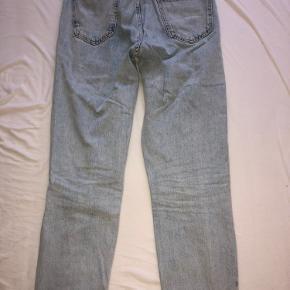 Størrelse 28 Super flotte og bløde jeans fra Benetton, som næsten ikke er brugt Bukserne sælges, da de ikke passer Skriv gerne✨