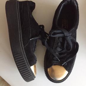 Lækre sneakers i ruskind - brugt men fin stand - lidt slid på guld snude