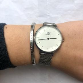 Både armbånd og ur til salg