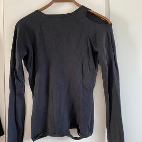 Sort tætsiddende strik fra Won Hundred med fede 'distressed' detaljer rundt omkring på ærmer, ved skulderen og i bunden.