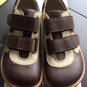 NYE ANGULUS SKO  Flotte sko  i en fin brun med blomster i siden, med velcrolukning samt rågummisål.  Passer til en alm til normal fod Måler 19, 6 cm  NP 750,-  MP 300,- pp