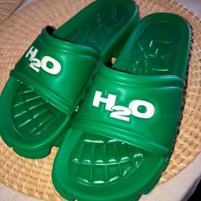 Sælger mine super fine H2O badesandaler✨