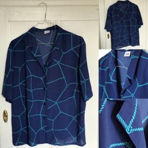 Vintage kortærmede skjorte med fine detaljer.