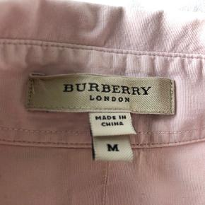 Lille i størrelsen - Svarer til en str. S. Pæn og velholdt figursyet original Burberry skjorte. Købt i USA. Har desværre ikke kvittering.