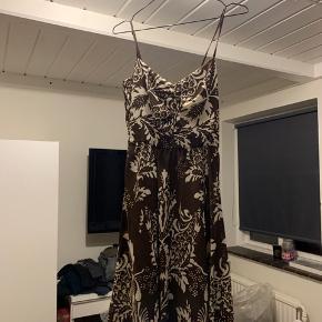 Aldrig brugt, stadig med prismærke.  OBS! da jeg skulle prøve kjolen fik jeg revet syningen op i den ene strop, dette kan dog sys igen.