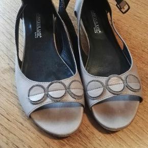 Fine Angulus sandaler, kun brugt få gange. NP 1100,-, er åben for bud. Sandalerne skal afhentes på Amager.