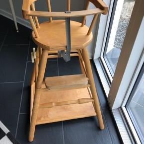 Retro børne / babystol. Kan ændres fra høj stol til lav stol med bord.