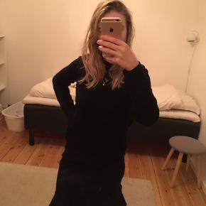 Fineste nederdel med flæse for neden. Er aldrig brugt, da den dsv er lidt for stor til mig. Har lynlås i siden.