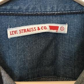 #30dayssellout #levis #denim  Levi's denim skjorte Str. S Skjorten er helt ny og er kun prøvet på  Kan også afhentes i Kbh